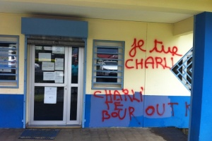 "Illustration : ""Je tue Charlie"" tagué sur la mairie de Cambuston"