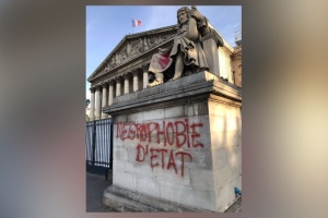 Illustration : Paris : la statue de Colbert taguée devant l'Assemblée nationale