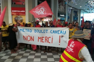 Illustration : Saint-Pierre : des militants manifestent dans la galerie commerciale de Carrefour