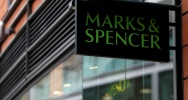 Illustration : Une enseigne Marks & Spencer à Londres le 8 novembre 2016