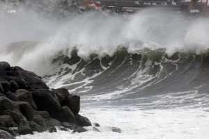 Illustration : [PHOTOS/VIDEOS] Des vagues impressionnantes frappent la route du Littoral et le chantier de la NRL