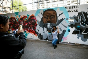 "Illustration : A Toronto, des artistes revisitent ""Graffiti Alley"" en noir et gris"