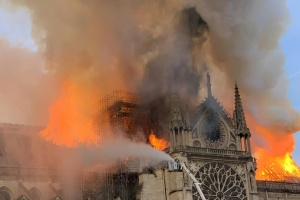 Illustration : Notre-Dame de Paris en flammes, Emmanuel Macron reporte son allocution