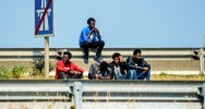 Illustration : Des migrants sur la route menant au port de Calais le 21 juin 2017