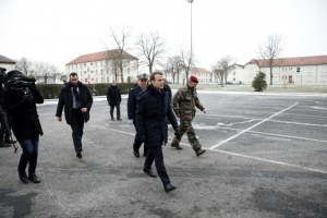 "Illustration : Macron en ""immersion"" dans l'armée de Terre au camp de Mourmelon"