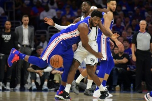 Illustration : NBA: quand Embiid consulte ses SMS... en plein match