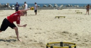 Illustration : Un homme joue au Spikeball sur la plage de Point Pleasant, dans le New Jersey, le 28 juillet 2018