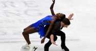 Illustration : Le couple Vanessa James et Morgan Cipres patinent pour le programme court, lors du Mondial de patinage à Milan, le 22 mars 2018