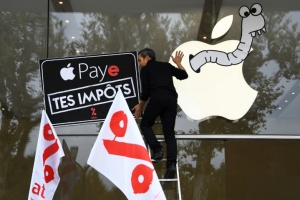 "Illustration : Attac manifeste contre ""l'évasion fiscale"" d'Apple"
