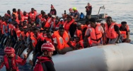 Illustration : Photo fournie le 22 juin 2018 par l'ONG allemande Mission Lifeline, montrant des migrants secourus le 21 juin en mer et embarquant à bord du navire Lifeline qui va chercher des migrants en Méditerranée