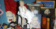 Illustration : Des souvenirs évoquant Marilyn Monroe exposés au Hollywood Museum en 2004