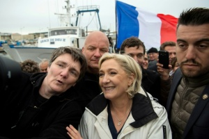"Illustration : Marine Le Pen s'efforce de briser le ""front du refus"""