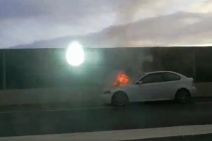 Illustration : Une voiture en feu avant le rond point de la Cafrine